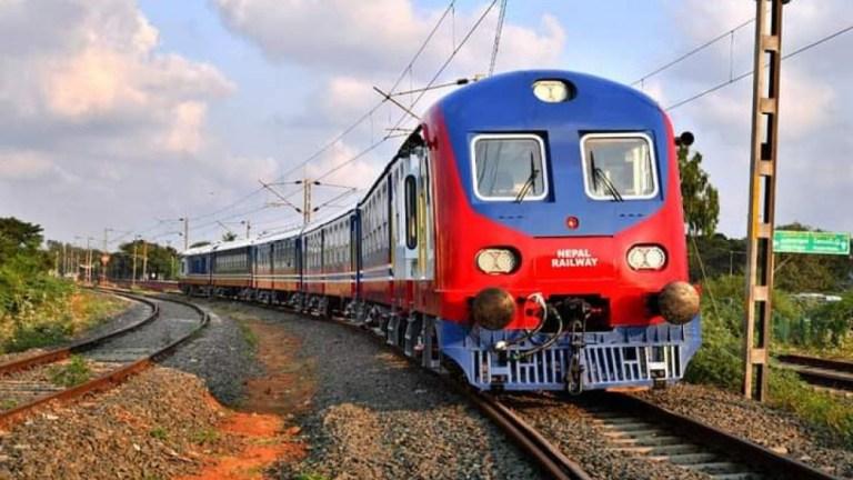 नेपालको झन्डामा रंगिएको नेपाल रेल जनकपुरधाम आइपुग्यो