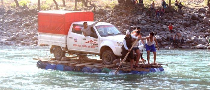 ड्रमको सहारामा कर्णाली नदीमा जीप तारियो