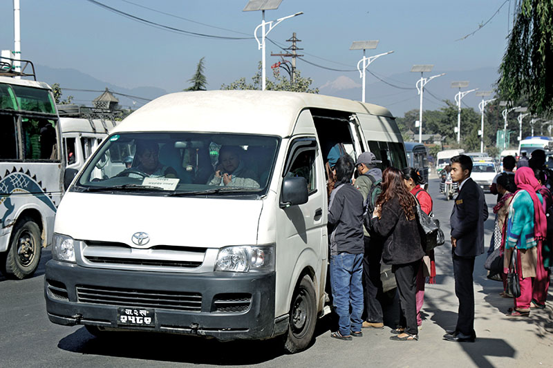 पोखराबाट काठमाडौंका लागि यात्रु बोकेर छुटे १० माइक्रो