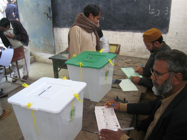People vote in the February 2008 elections in Lahore Photo: Wikimedia Commons / boellstiftung - Flickr