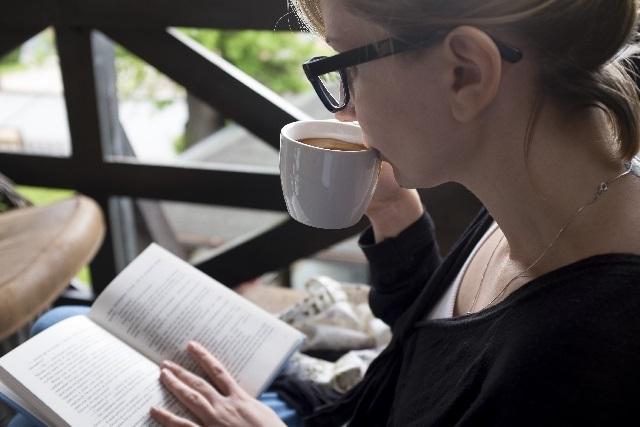 女性 読書 ティータイム