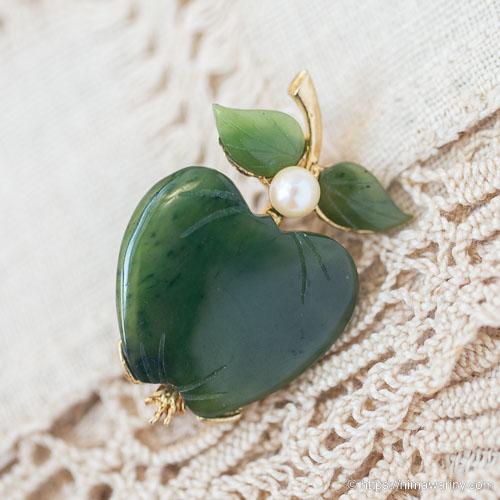 Swoboda スワボダ-天然石-翡翠と真珠の林檎ヴィンテージ・ブローチ