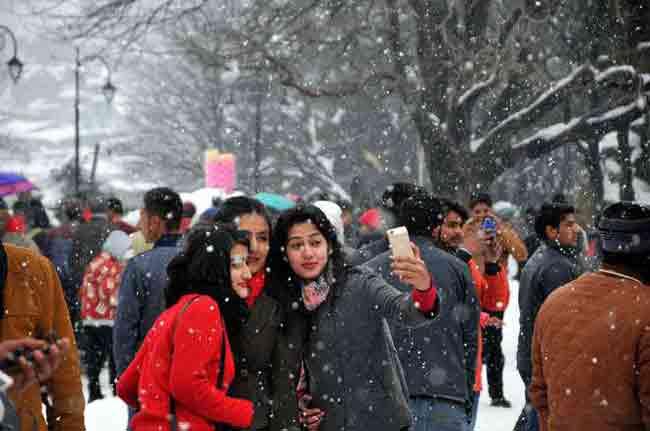 girls-take-a-selfie-during-a-snowfall-in-shimla