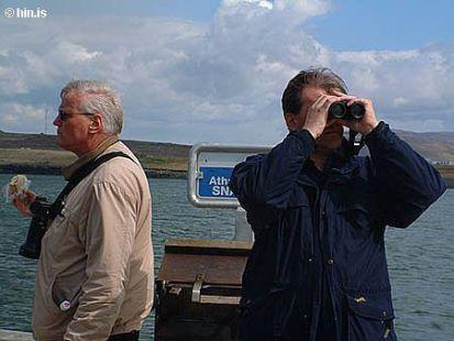 Siglt um Sundin við Reykjavík í maí 2005. Til hægri er Arnór Sigfússon fuglafræðingur og leiðsögum.