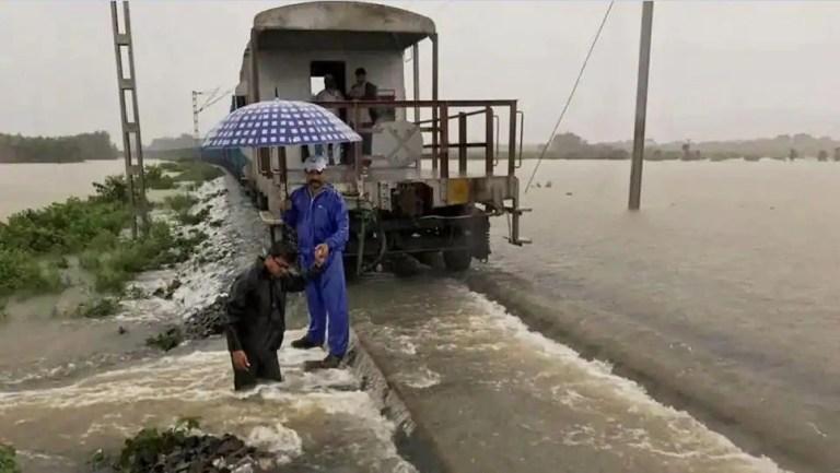 बिहार में घुसते ही ट्रेनों को बदलना होगा रूट, बाढ़ की चपेट में आ गए हैं कई रेलखंड
