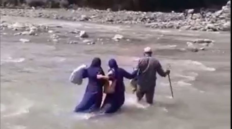 Video: The spirit of health workers for corona vaccination, the river overflowing on foot