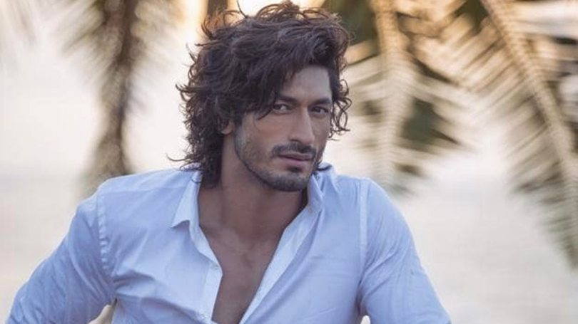 Vidyut Jammwal Shares Video Man Playing with Snake become a Reason of Controversy    Vidyut Jammwal shared such a video, fans are getting furious with anger