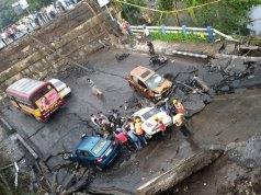 Kolkata Bridge collapses Live Updates: कोलकाता के माजेरहाट में पुल गिरा, राहत बचाव का काम जारी, 9 लोगों मलबे से निकाले गए