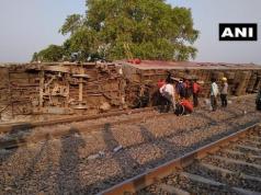 कानपुर के पास 'पूर्वा एक्सप्रेस' के 12 डिब्बे पटरी से उतरे, कई लोग घायल