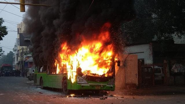 नागरिकता संशोधन बिल के खिलाफ दिल्ली में हिंसक हुआ प्रदर्शन, DTC की बसों में लगाई आग