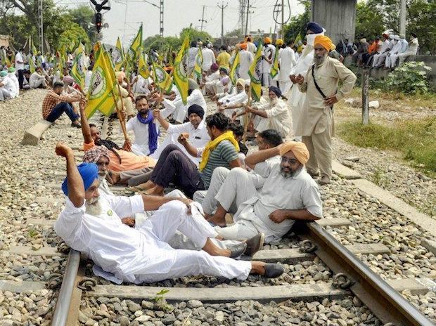 रेल की पटरी पर लेटा देश का किसान मीडिया से कवरेज की उम्मीद क्यों करे