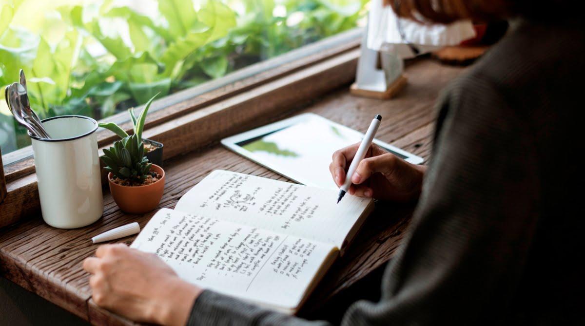 एक महिला लेखक होने का मतलब सिर्फ महिला केंद्रित मुद्दों पर लिखना नहीं है