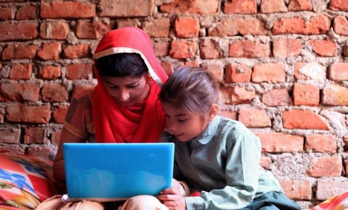 ऑनलाइन शिक्षा और घर का माहौल लड़कियों के लिए दोहरी चुनौती