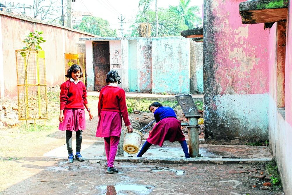 स्कूलों में शौचालय की गैर-मौजूदगी कैसे लड़कियों की पढ़ाई में है एक बाधा