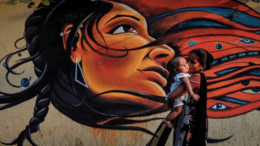 अच्छी माँ बनने के संघर्ष में महिलाएँ  नारीवादी चश्मा