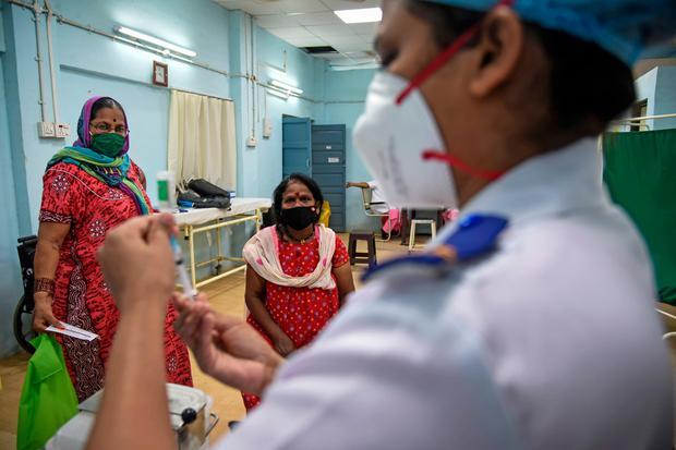 कोविड-19 टीकाकरण की प्रक्रिया में भी पीछे छूट रही हैं महिलाएं