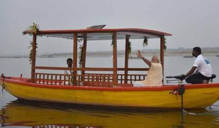 प्रधानमंत्री नरेंद्र मोदी ने बनारस में 11 सौर ऊर्जा से चलने वाली नावें बांटी।