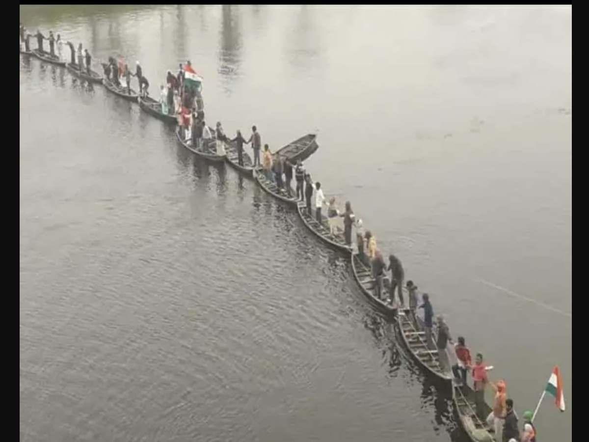 आथर गाँव के लोगों ने गंडक नदी में नाव के ऊपर बनाया मानव श्रृंखला।