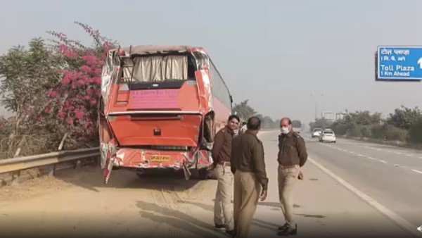two lost life four injured in road accident at yamuna expressway in mathura