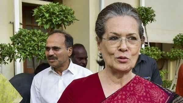 सोनिया गांधी अंतरिम अध्यक्ष के तौर पर पार्टी की कमान संभालेंगी