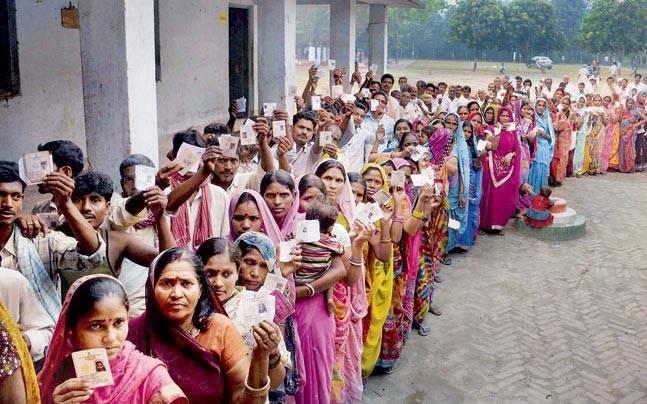 नतदान देने के लिए मतदाताओं की लंबी लाइऩ