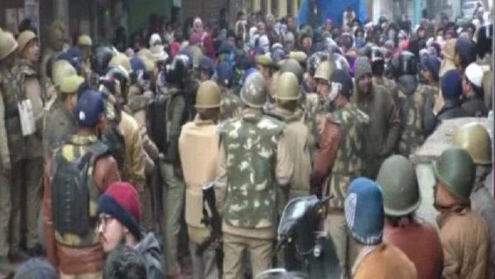 कानपुर में सीएए के खिलाफ प्रदर्शन कर रहे लोगों पर पुलिस का लाठीचार्ज, स्थिति तनावपूर्ण