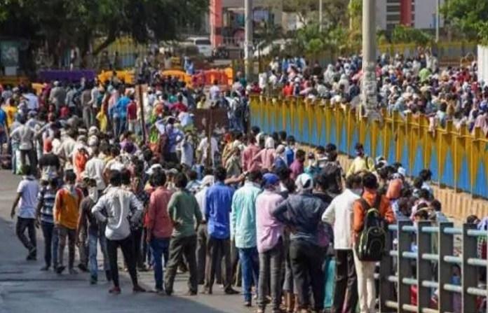 बांद्रा रेलवे स्टेशन, महाराष्ट्र, प्रवासी मजदूरों की भीड़