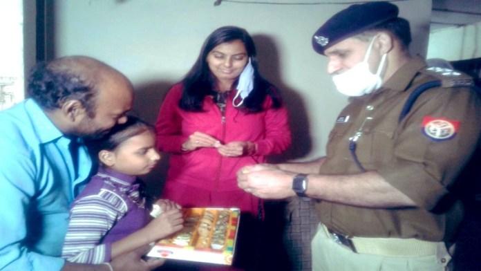 बच्ची को मनाने पहुँचे पुलिस अधिकारी