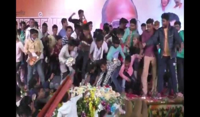 शरद पवार के जन्मदिन पर पार्टी कार्यकर्ताओं की केक के लिए पटका पटकी