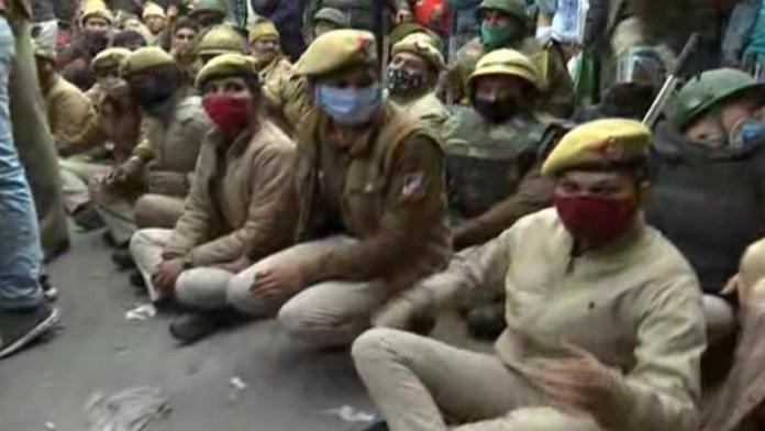 सड़कों पर बैठी दिल्ली पुलिस