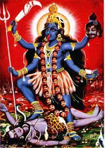 काली शिव के अधोमुखी शरीर पर सिरों के साथ और भिन्न अंगों से सुशोभित है