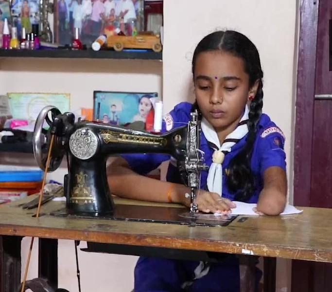 कोरोनावायरस से जंग के लिए एक हाथ से मास्क बना रही ये मासूम दिव्यांग बच्ची