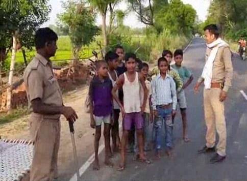 चीनी सेना से 20 भारतीय जवानों की शहादत का बदला लेने निकल पड़े मासूम बच्चे, पुलिस ने रोका
