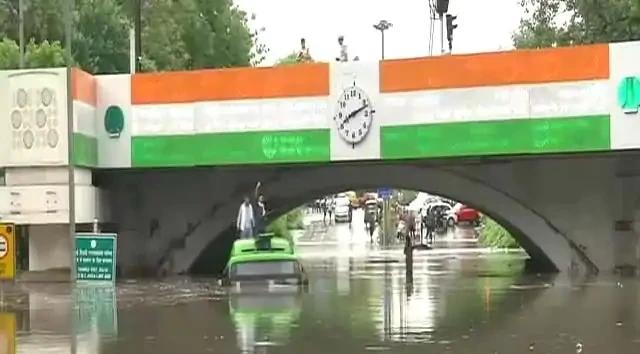 एक दिन की बारिश में बिगड़े दिल्ली के हालात, नाले में बह गए दस घर