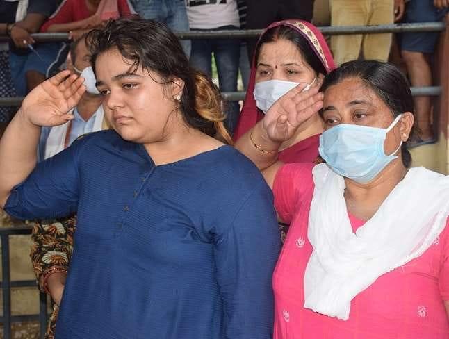 कानपुर एनकाउंटर: Co मिश्रा की बेटी ने पिता को अंतिम विदाई देते हुए कहा- &Quot;गुंडों को वहीं भेजूंगी जहां से उनका वास्ता हैं&Quot;