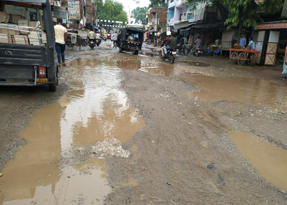 खोखला साबित हो रहा उत्तर प्रदेश सरकार का गड्डा मुक्त सड़क का दावा, बजट पास होने के बाद भी नहीं बनी सड़क