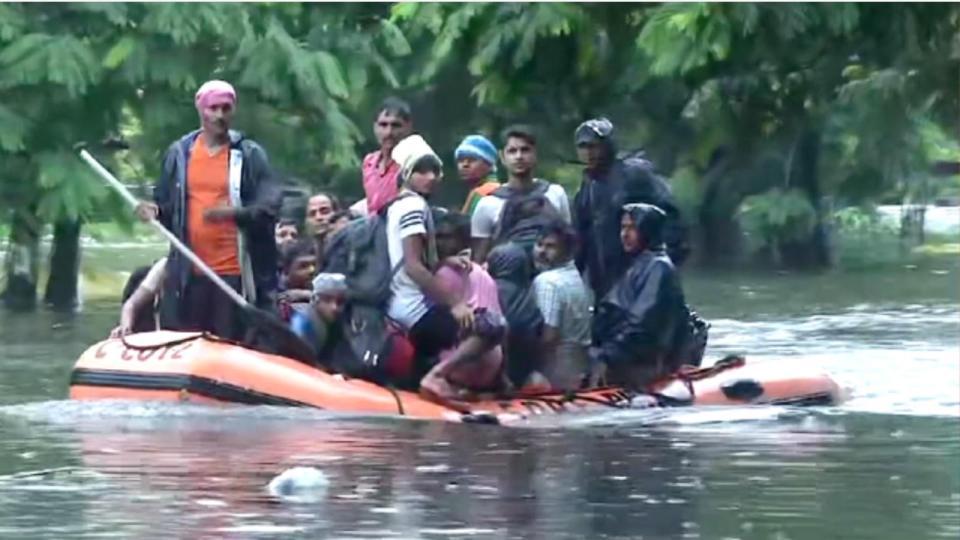 बाढ़ के कारण बिहार और असम में हालात बेकाबू, राहत और बचाव में तैनात एनडीआरएफ की टीमें