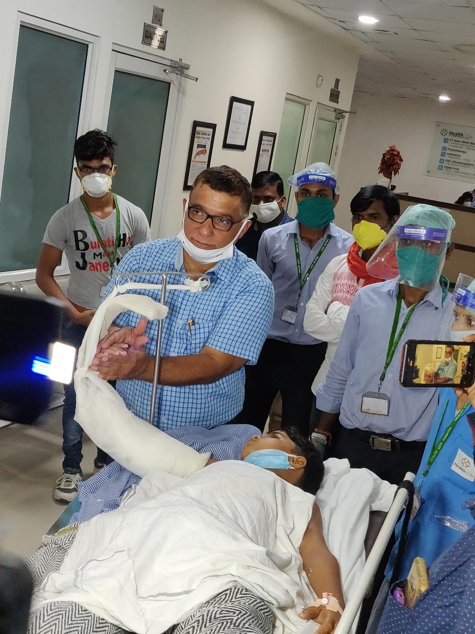 आरा मशीन से कटे 12 वर्षीय बालक के हाथ का सफल प्रत्यारोपण