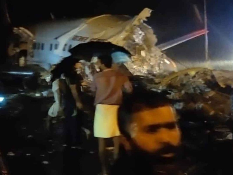 केरल में रनवे पर फिसला विमान, पायलट सहित तीन की मौत, 191 यात्री थे सवार