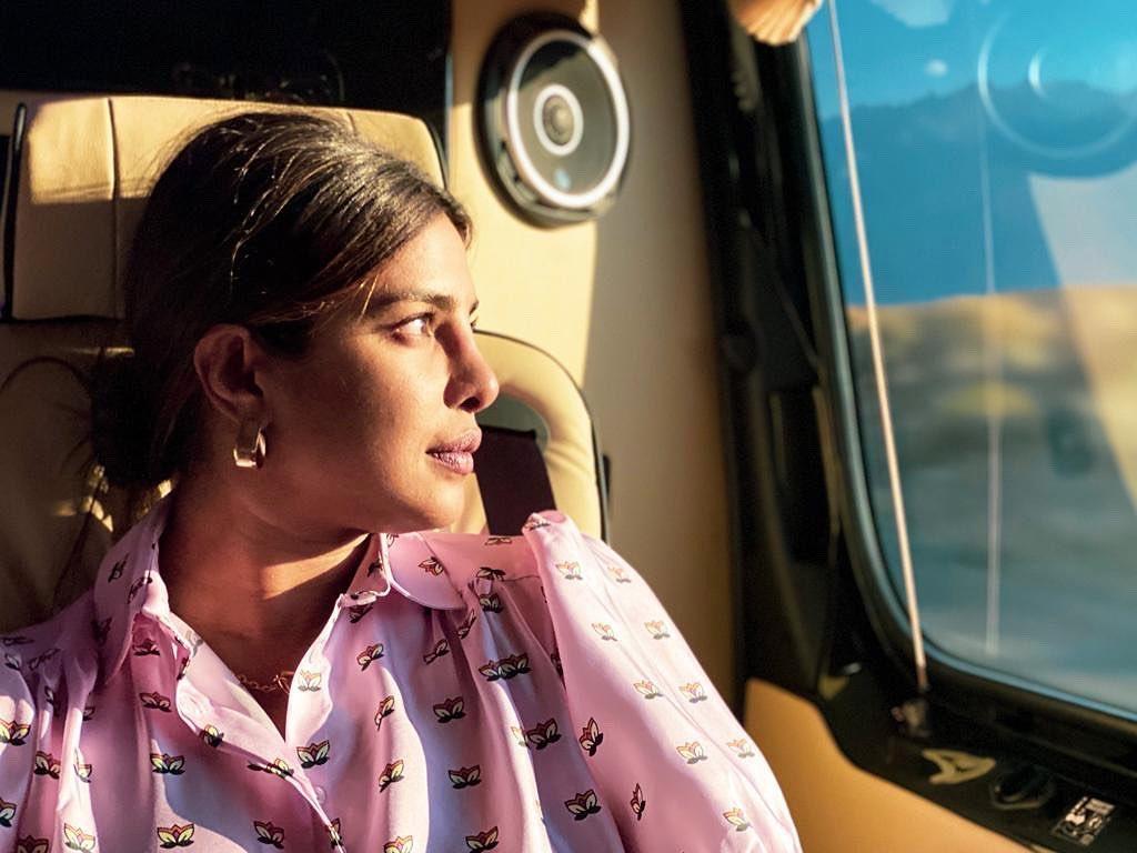 प्रियंका चोपड़ा की ये पिंक शर्ट बनी है चर्चा का विषय, जाने कीमत