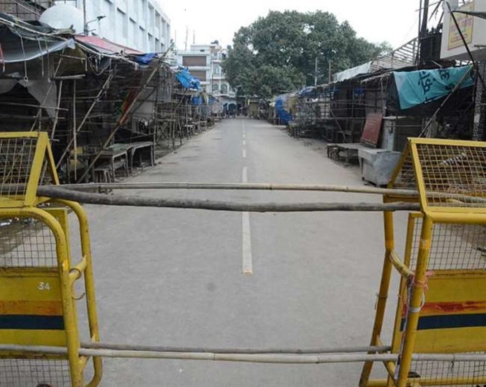 उत्तर प्रदेश : लॉकडाउन तोड़ने वालों की आरती उतार रही पुलिस, देखें