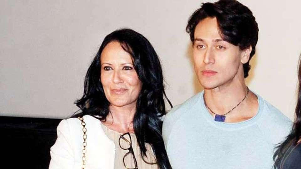 टाइगर श्राफ की मम्मी अभी भी दिखती हैं बेहद हॉट और खूबसूरत, देखें तस्वीरें