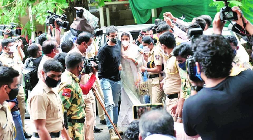 मीडिया चैनल्स के खिलाफ रिया ने अधिकारिक तौर पर कराया रिपोर्ट दर्ज