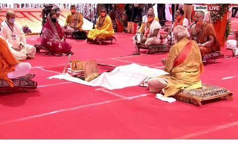 राम मंदिर निर्माण के लिए हुए भूमि पूजन में पंडित ने आखिर नरेंद्र मोदी से क्या मांगी दक्षिणा, जाने