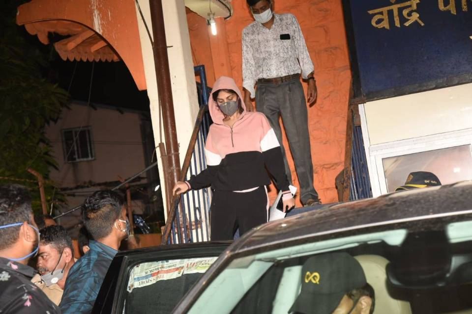 रिया के F.i.r पर सुशांत के परिवार ने दिया ये जवाब, बुरी फंस सकती है अभिनेत्री
