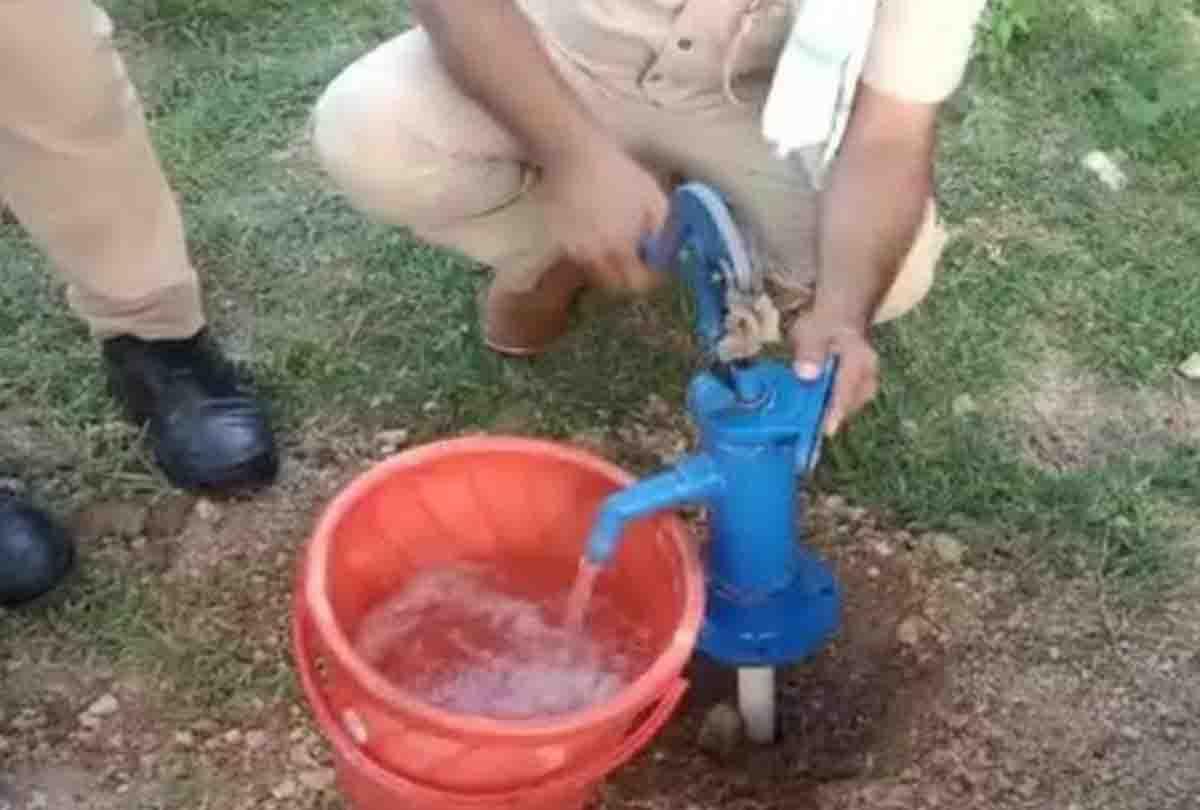 यूपी के इस जिले में हैंडपंप से पानी की जगह निकली शराब, पुलिस भी हुई हैरान