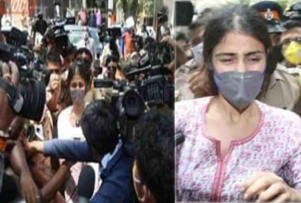 एनसीबी ऑफिस पहुंचते ही पत्रकारों से घिरीं रिया, ऋचा चड्ढा ने कहा- भाड़ में जाए....