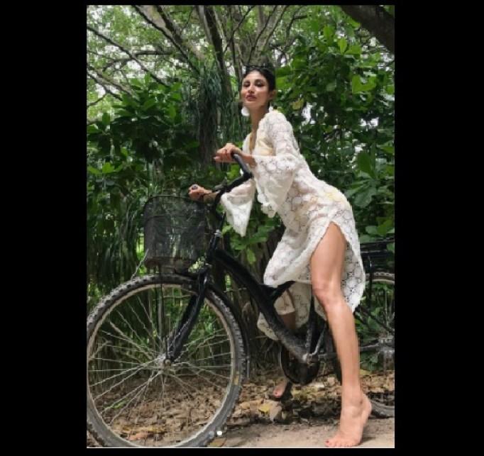 मौनी रॉय ने साइकिल पर बैठ शेयर की बोल्ड फोटो, फैंस बोले- सलवार पहनना भूल गयी क्या?