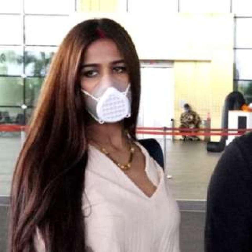 पति संग हनीमून पर निकली पूनम पांडेय, एयरपोर्ट पर हुई स्पॉट, देखें तस्वीरें