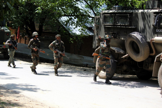 जम्मू व कश्मीर के कुपवाड़ा में सुरक्षाबलों और आतंकियों के बीच मुठभेड़ जारी
